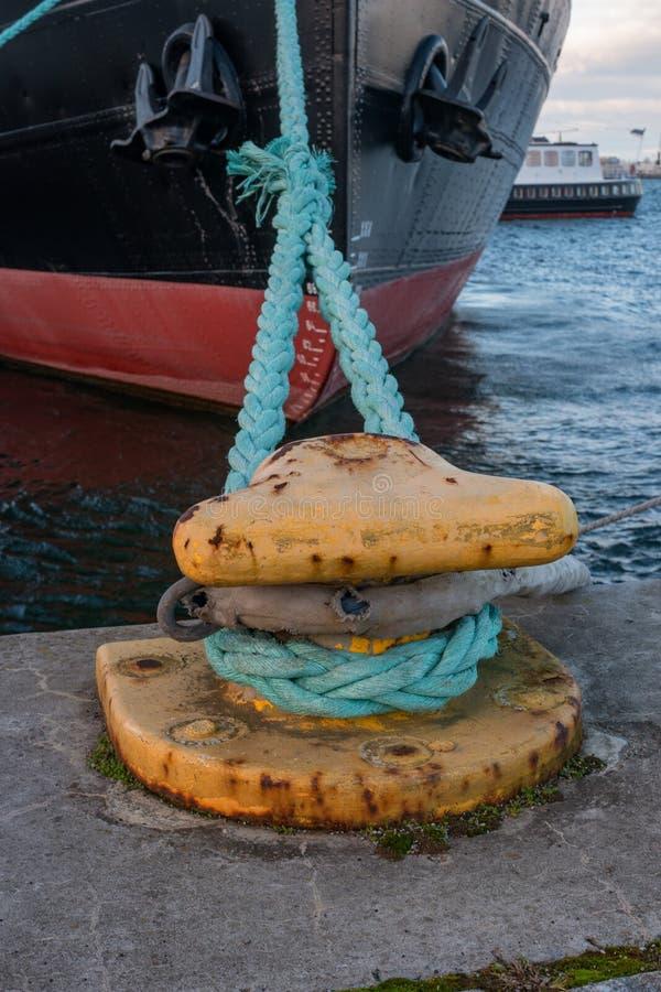 Pollare med att förtöja rep på pir Skeppet förtöjas Pilbågen av skeppet arkivbild