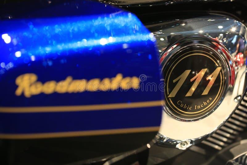 111 POLLICE CUBICO Iscrizione dell'oro sul motore dell'elite 2018 di Roadmaster dell'indiano del motociclo blu e nera Primo piano fotografia stock libera da diritti