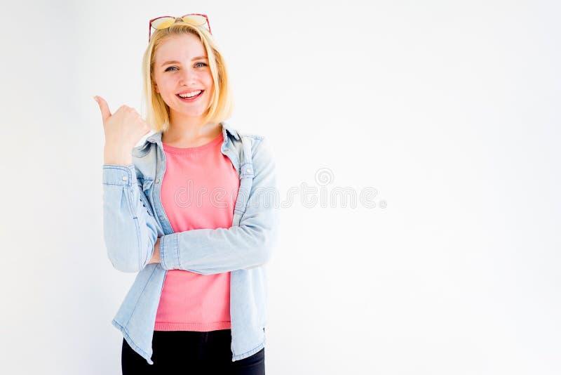 Pollici alla moda della ragazza su fotografia stock libera da diritti