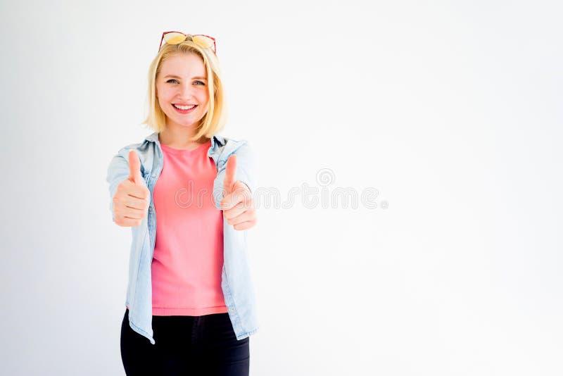 Pollici alla moda della ragazza su immagini stock