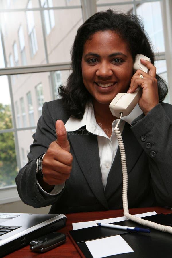 Pollici della donna di affari in su