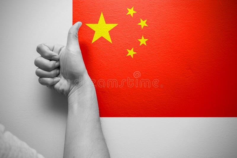 Pollici della mano su con la bandiera della Cina per buon migliore paese immagine stock libera da diritti
