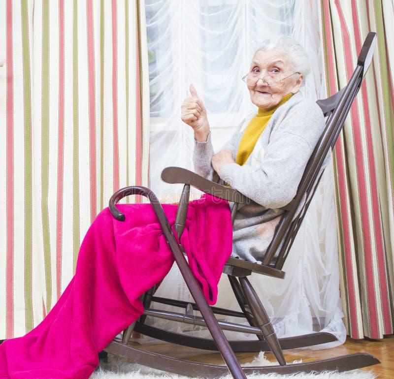 Pollici della signora anziana su fotografie stock