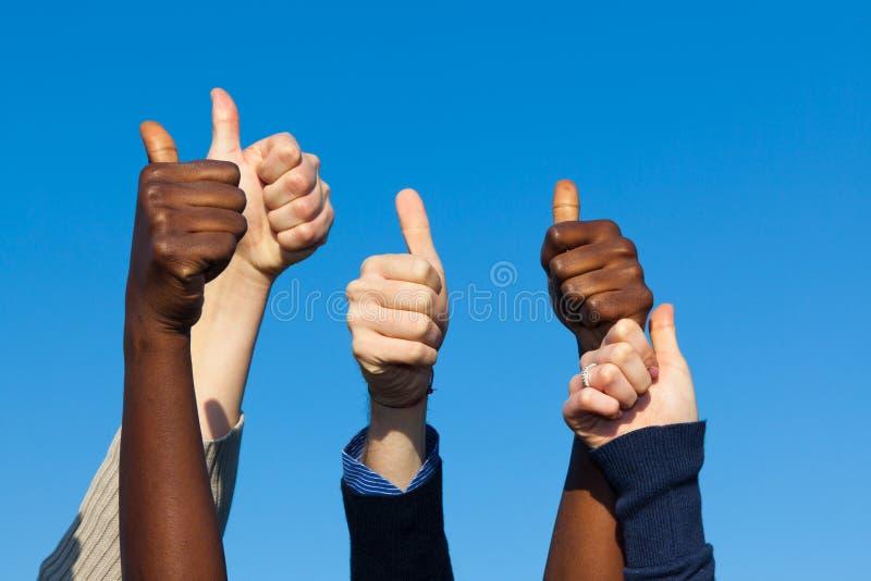 Pollici Multiracial in su fotografie stock libere da diritti