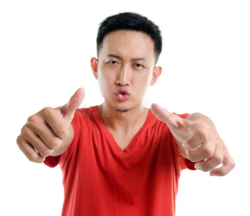 Pollici sul giovane uomo asiatico sudorientale immagini stock libere da diritti