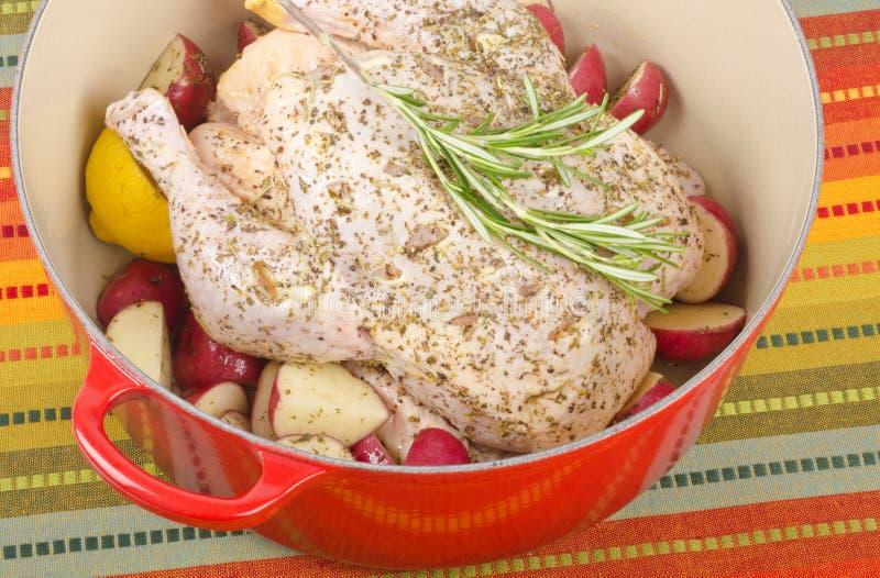 Pollo adobado sin procesar en cacerola   foto de archivo libre de regalías