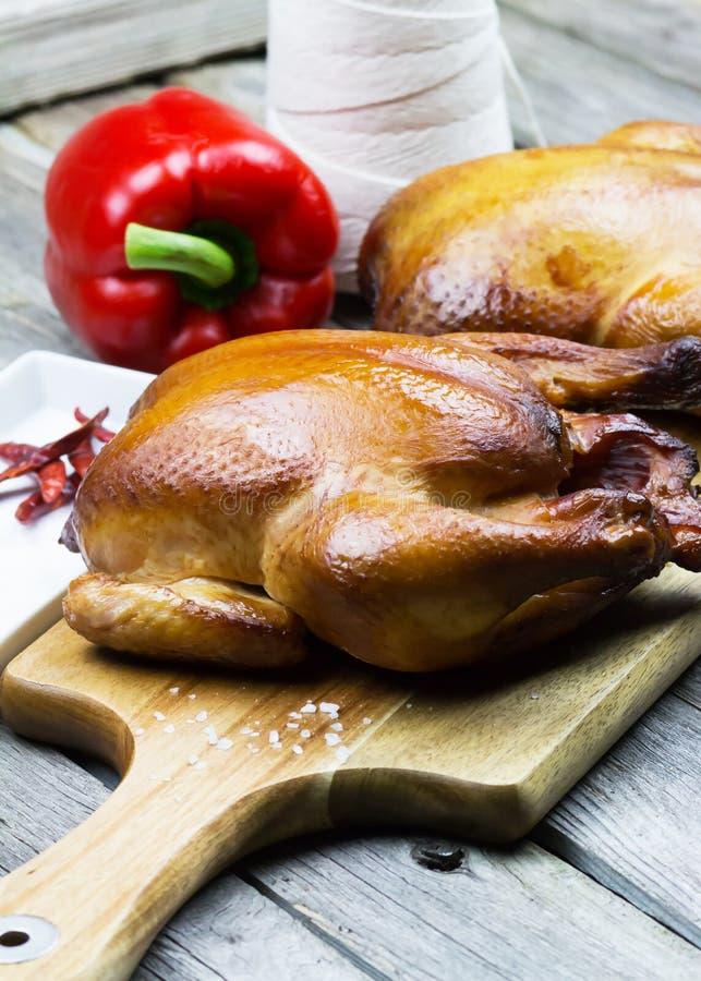 Pollo affumicato di legno Pollo cotto Cena di ringraziamento Pollo del girarrosto fotografia stock libera da diritti