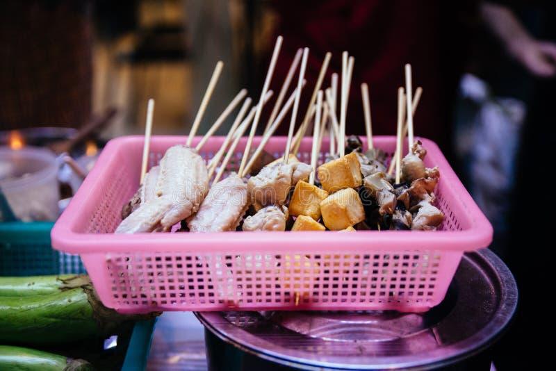 Pollo, albóndigas y verduras de la parrilla del Bbq de Mala Chinese con carbón de leña e ingredientes del fireRaw para la parrill imagen de archivo libre de regalías