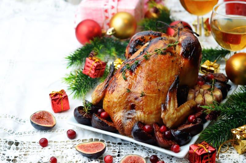 Pollo arrostito con i fichi, i mirtilli rossi e l'aglio per il Natale immagine stock