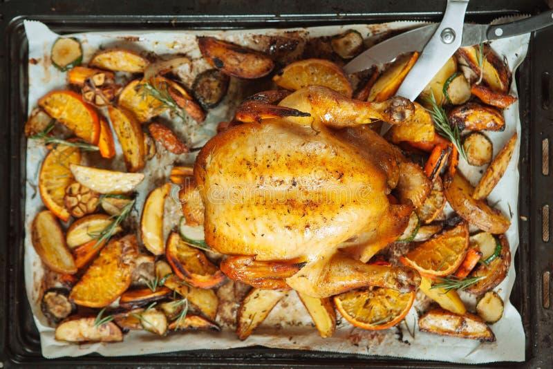 Pollo arrostito con l'arancia e la mela immagini stock libere da diritti