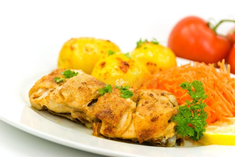 Pollo arrostito con la mela e le patate fritte fotografie stock libere da diritti