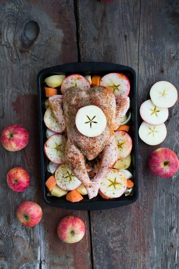 Pollo arrostito con la mela e verdure fotografie stock libere da diritti