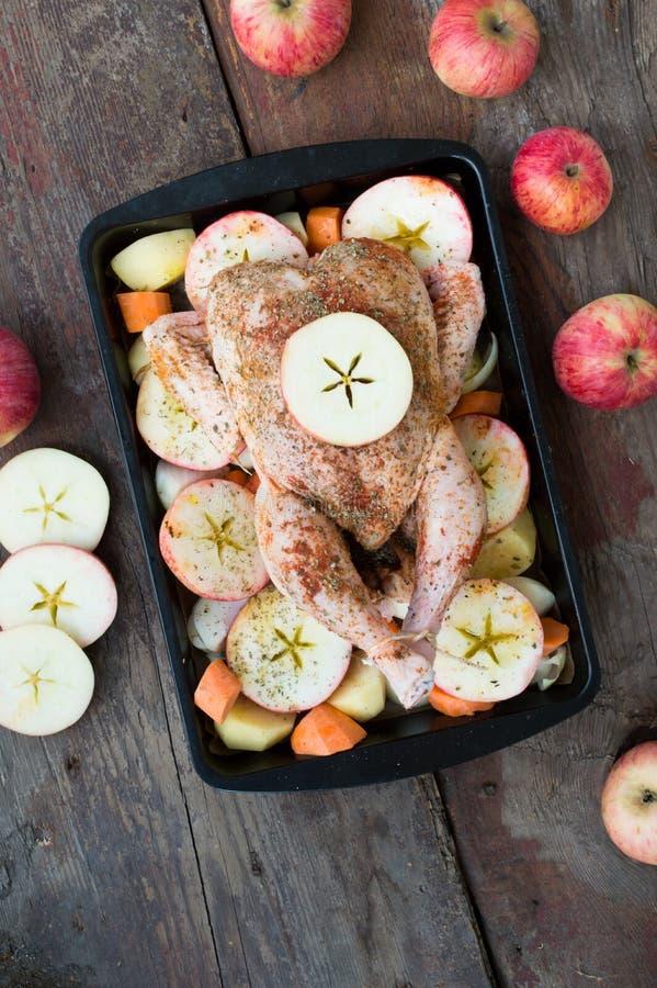 Pollo arrostito con la mela e verdure immagini stock