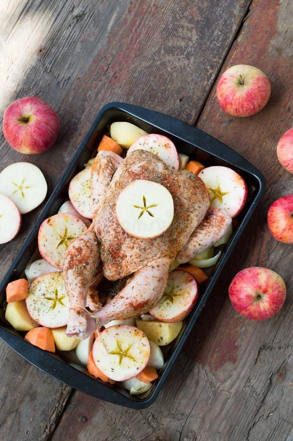 Pollo arrostito con la mela e verdure fotografia stock