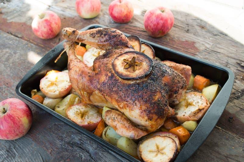 Pollo arrostito con la mela e verdure fotografia stock libera da diritti