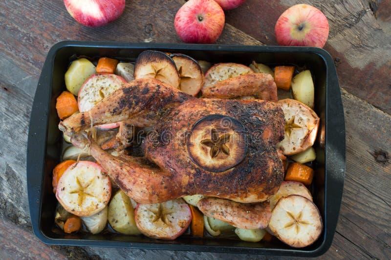 Pollo arrostito con la mela e verdure immagini stock libere da diritti