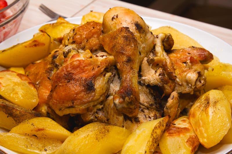 Pollo arrostito con le verdure fotografie stock