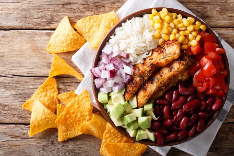 Pollo arrostito con riso, avocado, fagioli, pomodori, cereale e sopra immagini stock libere da diritti