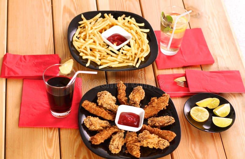 Pollo arrostito su un piatto che sta la tavola di legno immagine stock libera da diritti