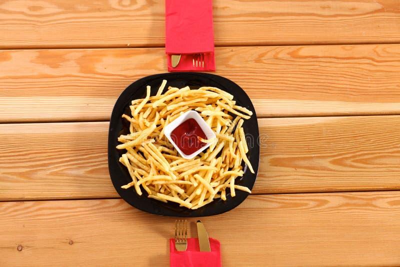 Pollo arrostito su un piatto che sta la tavola di legno immagini stock