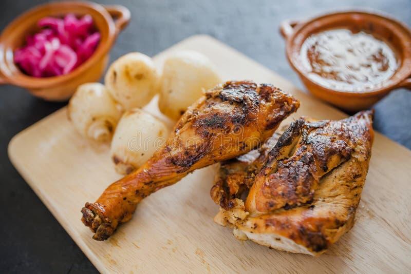 Pollo arrostito, tortiglii ed alimento messicano delle cipolle a Messico City fotografia stock