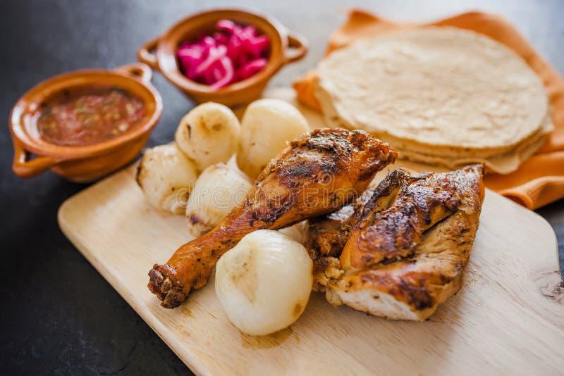 Pollo arrostito, tortiglii ed alimento messicano delle cipolle a Messico City fotografia stock libera da diritti