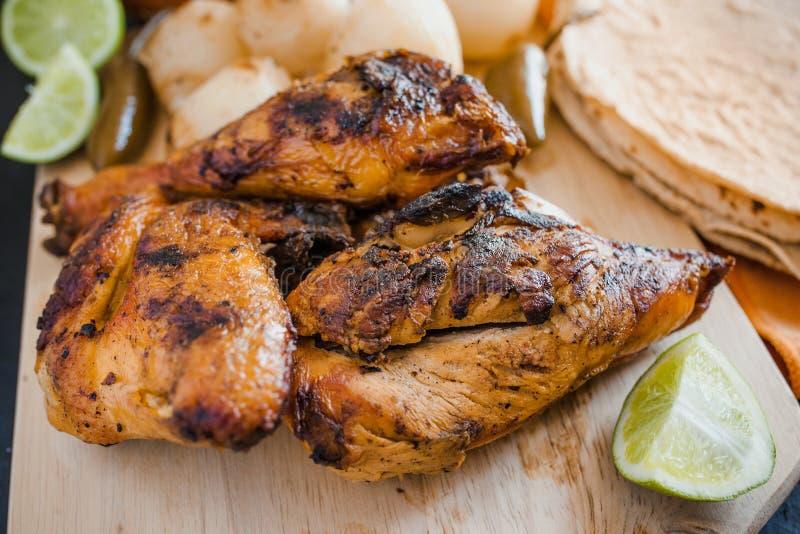 Pollo arrostito, tortiglii ed alimento messicano delle cipolle a Messico City immagine stock