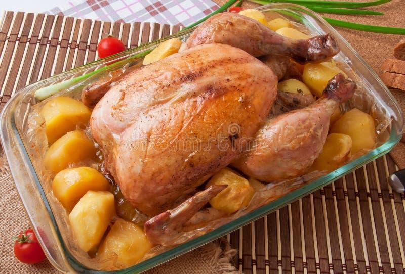 Pollo arrosto con le patate fotografia stock