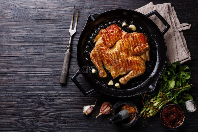 Pollo arrosto fritto arrostito Tabaka in padella fotografia stock