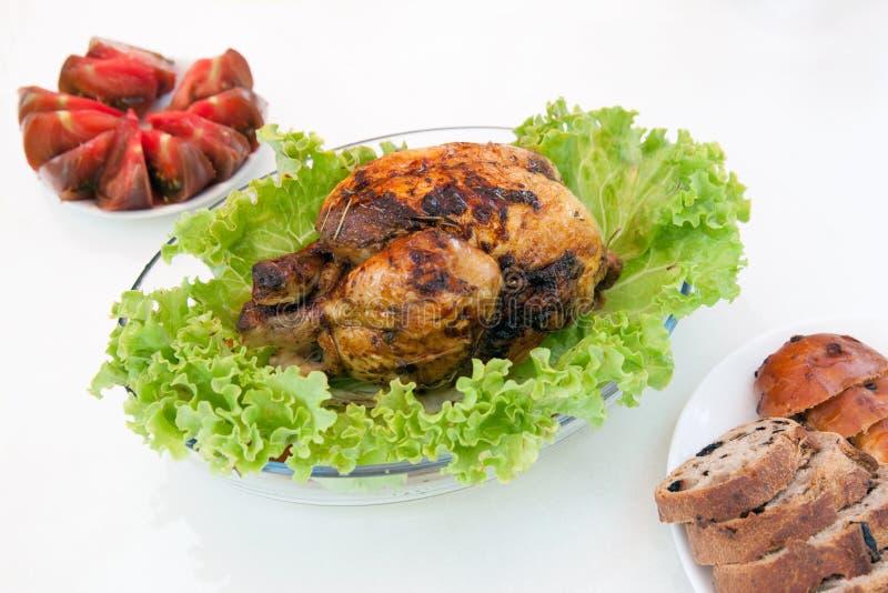 Pollo asado con la ensalada verde imagen de archivo