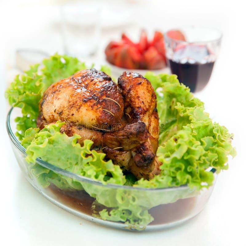 Pollo asado con la ensalada verde y el vidrio de la vid imagen de archivo