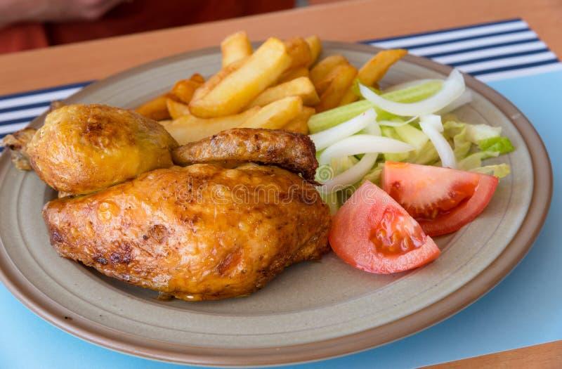 Pollo asado con la placa de cena de las verduras imágenes de archivo libres de regalías