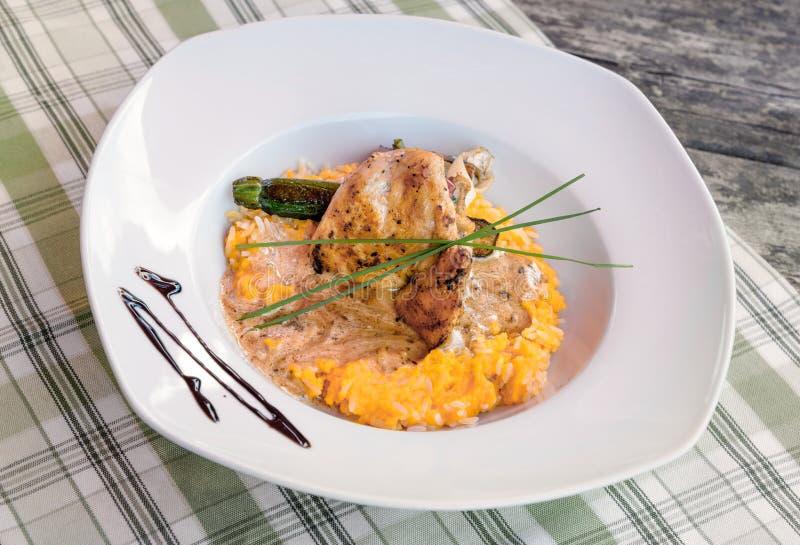 Pollo asado con la placa de cena del arroz imagenes de archivo