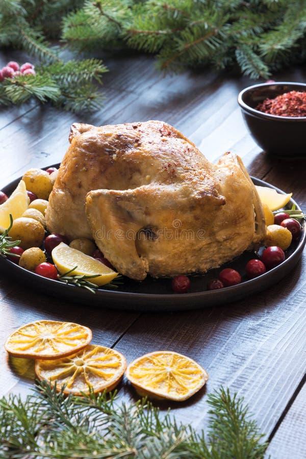 Pollo asado con las patatas y Rosemary en la tabla de madera Cierre para arriba Comida de la Navidad imágenes de archivo libres de regalías