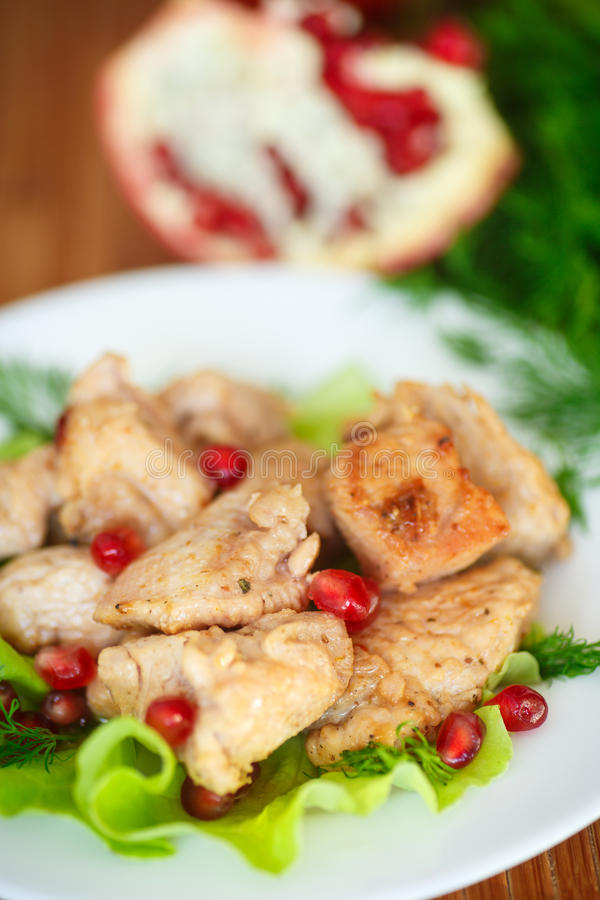 Pollo asado con las semillas de la granada imagen de archivo