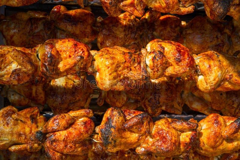Pollo asado en fila que gira un asador foto de archivo libre de regalías