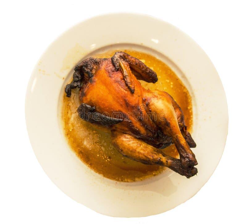 Pollo asado entero para la cena en una placa de cerámica fotografía de archivo libre de regalías