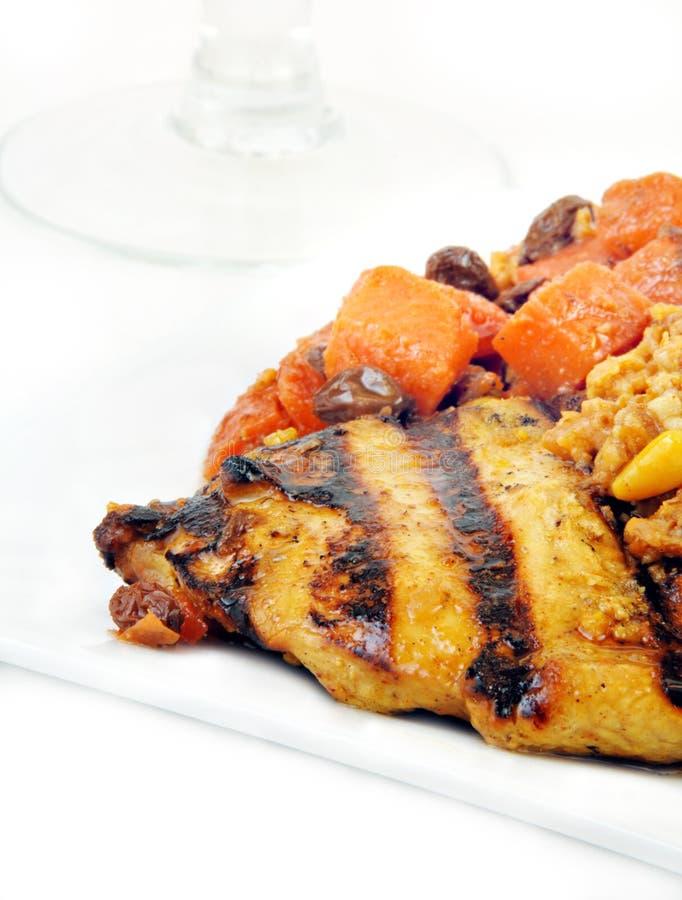 Pollo asado a la parilla marroquí con las zanahorias foto de archivo libre de regalías