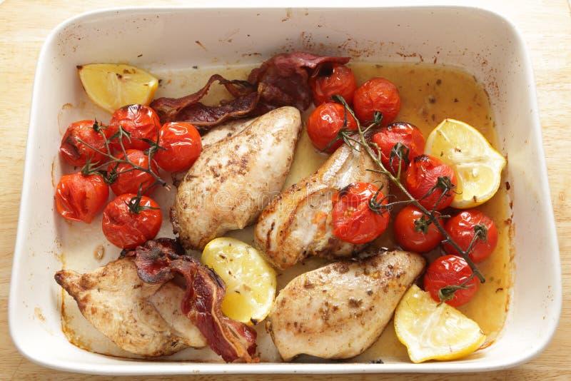 Pollo asado a la parilla y tomates del alto ángulo imagen de archivo