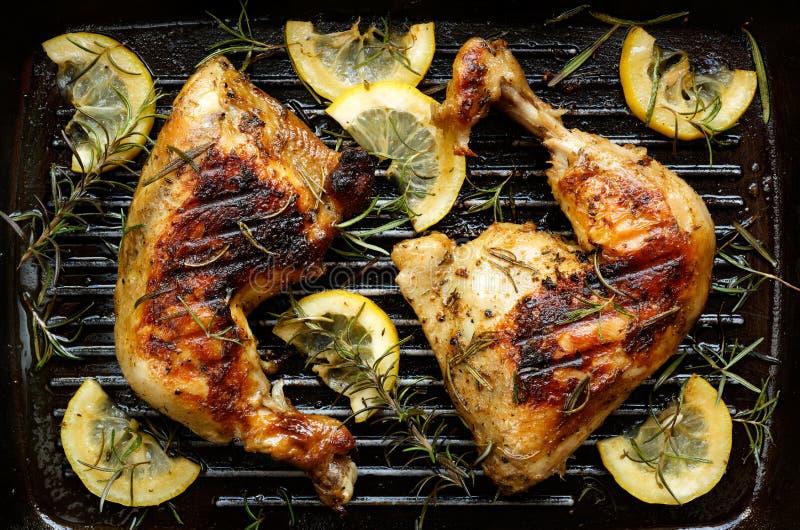 Pollo asado a la parrilla con romero y el limón fotografía de archivo