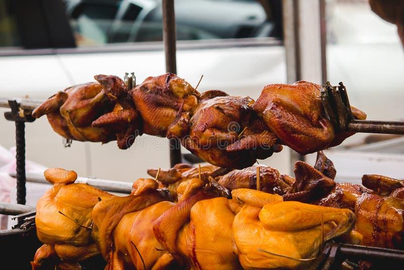 Pollo asado a la parrilla en la comida tailandesa del estilo de la estufa imagen de archivo