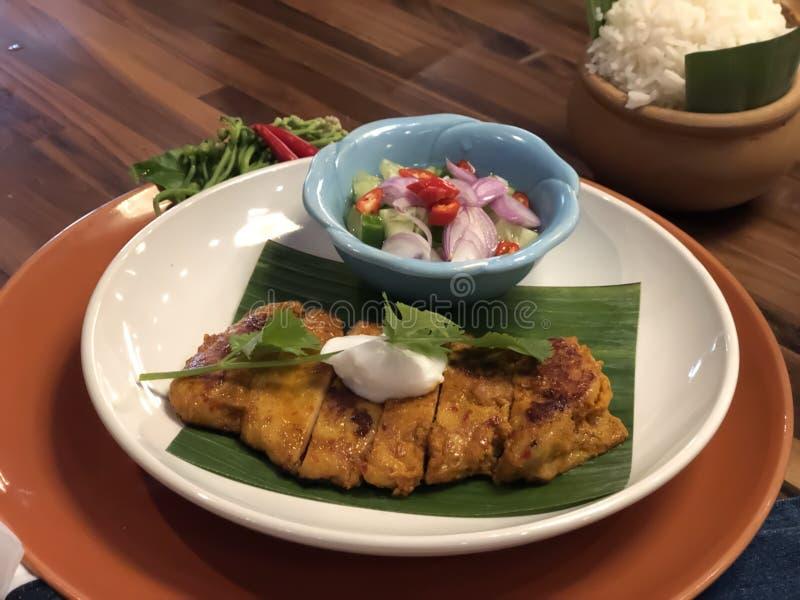 Pollo asado a la parrilla estilo meridional tailandés con la salsa y el arroz de la corriente imagen de archivo