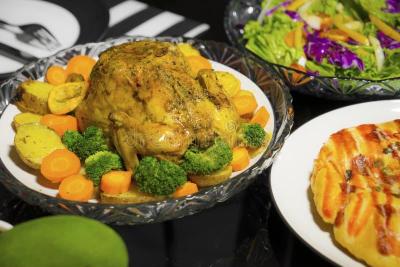 Pollo asado y ensalada servidos en la tabla foto de archivo libre de regalías