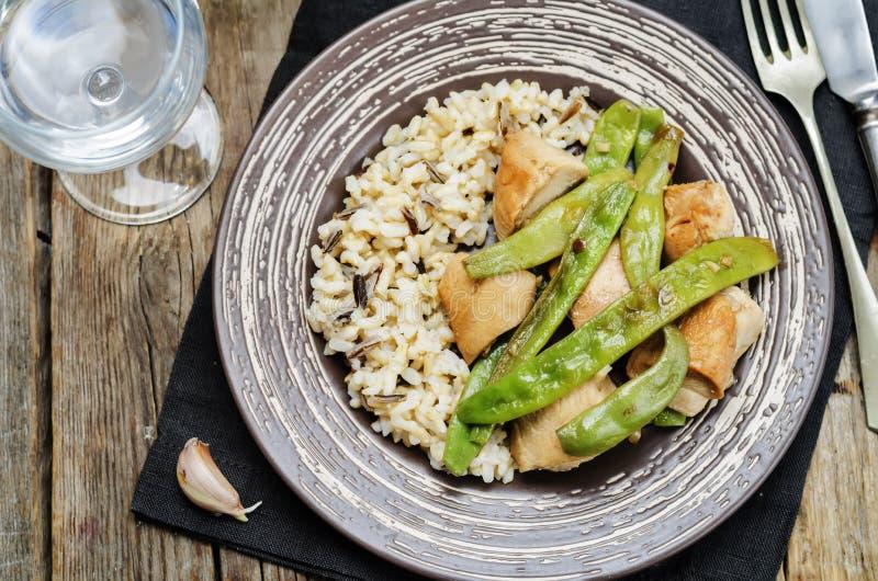 Pollo balsámico con las habas verdes y el arroz moreno fotografía de archivo libre de regalías