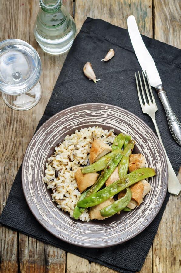 Pollo balsámico con las habas verdes y el arroz moreno imagen de archivo