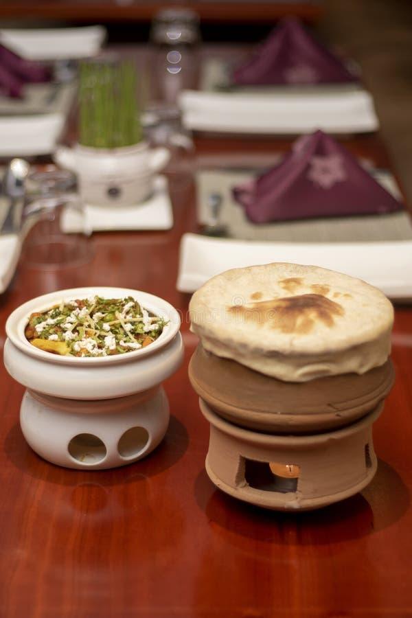 Pollo Biryani in vaso di argilla con Veg Korma sulla tavola di legno fotografie stock libere da diritti