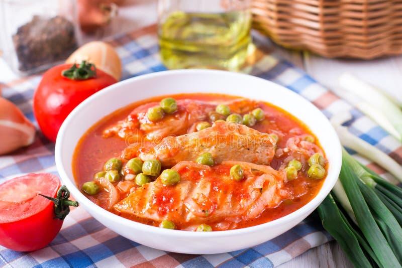 Pollo Cacciatore Pollo cocido con los tomates y los guisantes verdes imagen de archivo