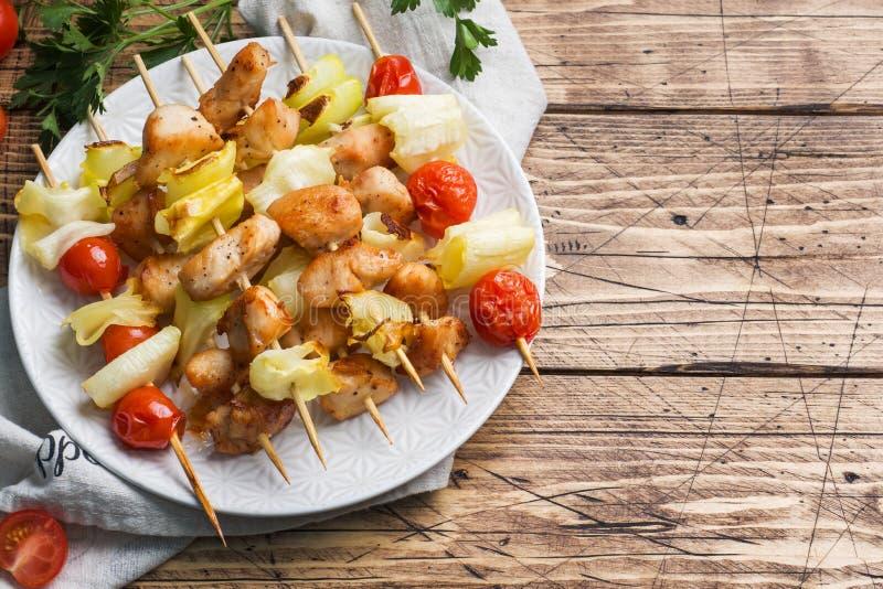 Pollo, calabacín y tomates del kebab en los pinchos en una placa Vector de madera Copie el espacio fotos de archivo