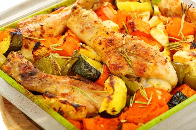 Pollo cocido al horno con la calabaza y el romero. imagen de archivo