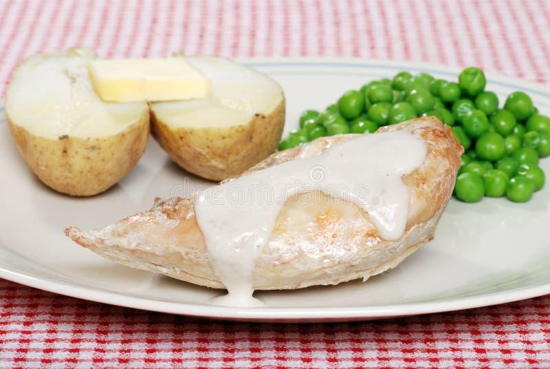 Pollo cocido al horno con la crema de la salsa de seta imagen de archivo